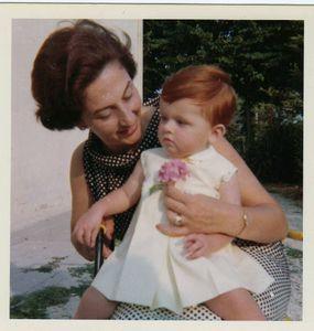 Mamma Maria Maddalena Fellini e la sua Francesca nel giardino di casa Fellini