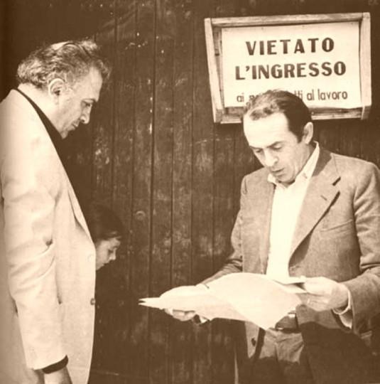 Federico Fellini la piccola Francesca e lo sceneggiatore Tonino Guerra a Rimini ai tempi della lavorazione del film Amarcord (1973)foto di Davide Minghini